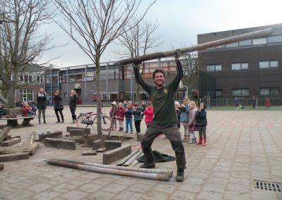 Bomen verplanten op een schoolplein